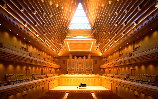 年末ジャンボの抽選会場「東京オペラシティ・タケミツメモリアル」